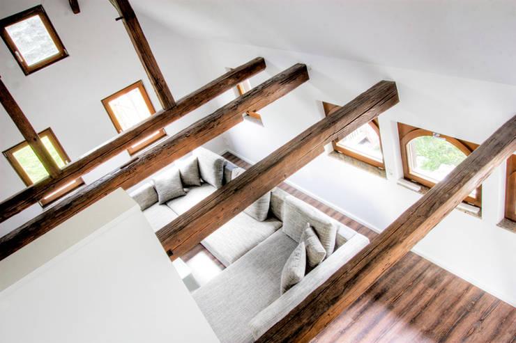 Wohnraum:  Wohnzimmer von ahoch4 Architekten