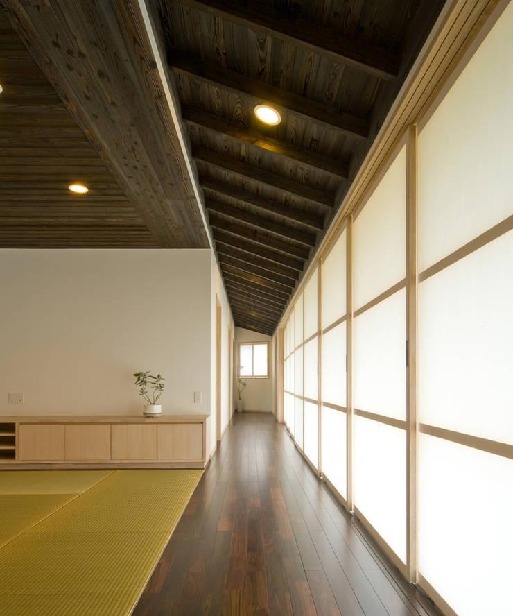 庭の家: プラソ建築設計事務所が手掛けた廊下 & 玄関です。
