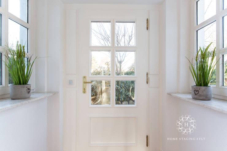 Home Staging Doppelhaus in Westerland/Sylt:  Fenster von Home Staging Sylt GmbH