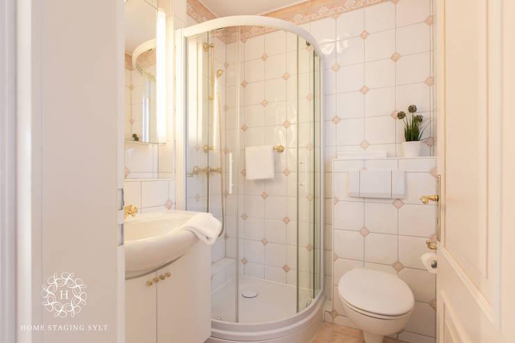 Banheiros clássicos por Home Staging Sylt GmbH