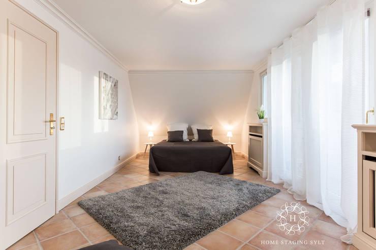 Camera da letto in stile  di Home Staging Sylt GmbH