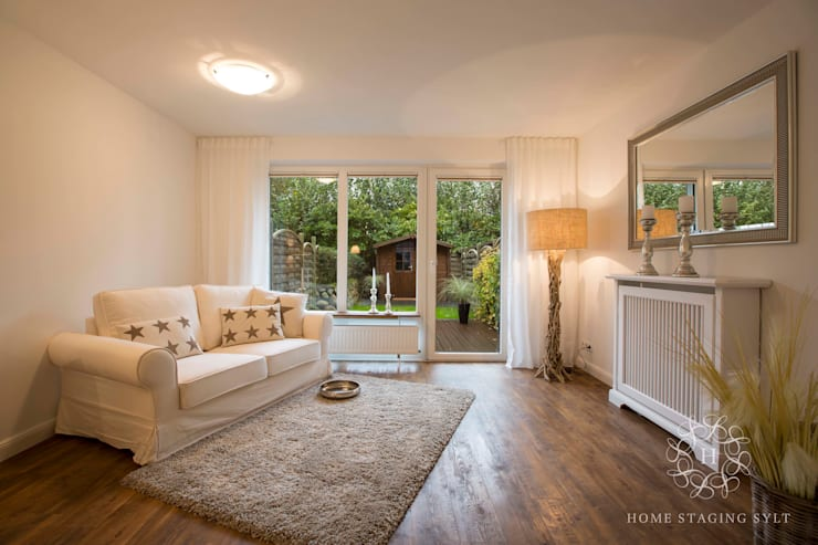 Livings de estilo  por Home Staging Sylt GmbH