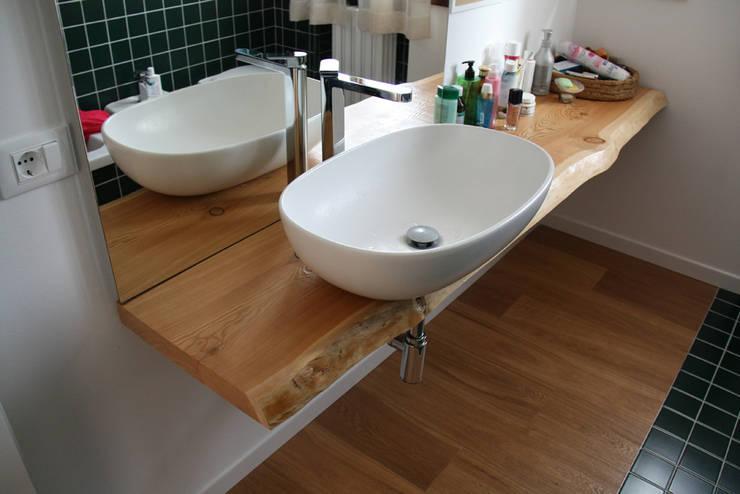 il bagno adotta una soluzione economica: Bagno in stile  di tomaso boccato architetto