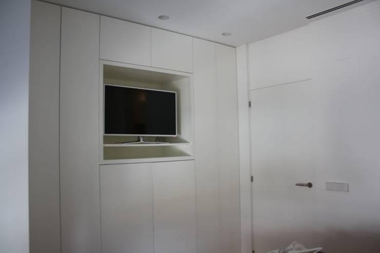 Armario empotrado: Dormitorios de estilo  de MUDEYBA S.L.