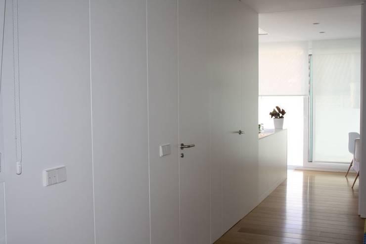 Puertas y revestimiento lacado blanco: Puertas y ventanas de estilo moderno de MUDEYBA S.L.