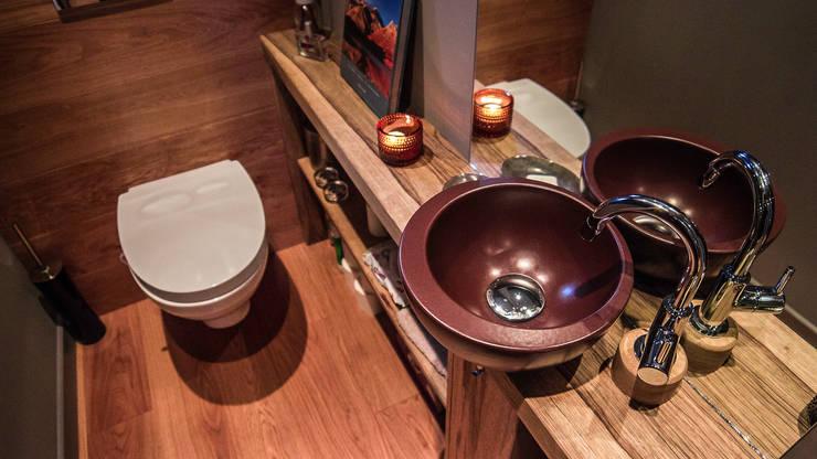 toilettes: Salle de bain de style  par Casavog