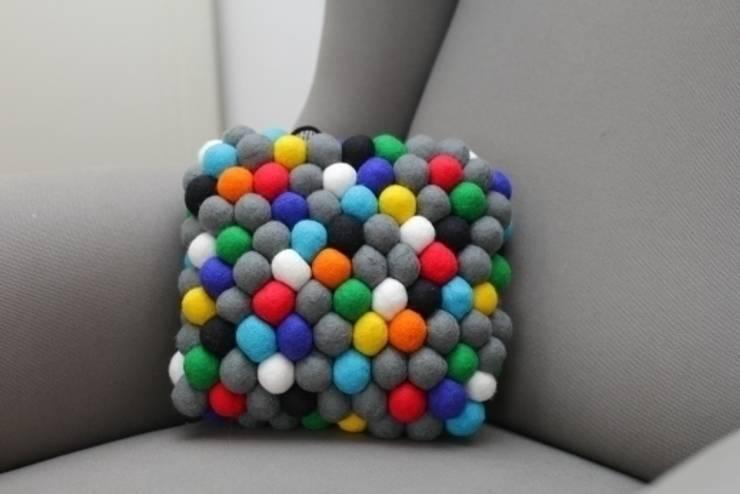 poduszka mała happy pills: styl , w kategorii Salon zaprojektowany przez felt stories