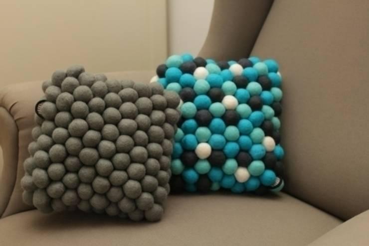poduszki grey cells i Santorini: styl , w kategorii Salon zaprojektowany przez felt stories
