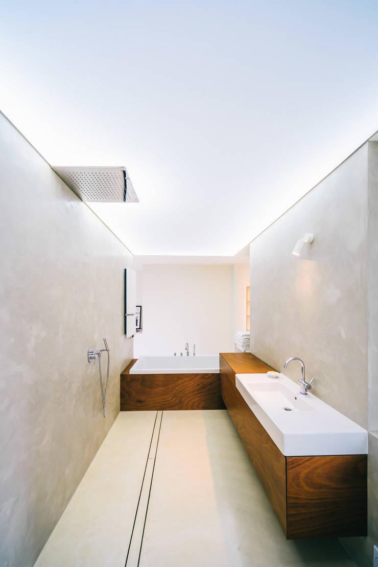 dom_w_parku_8_arc2: styl , w kategorii Łazienka zaprojektowany przez ArC2 Fabryka Projektowa sp.z o.o.,
