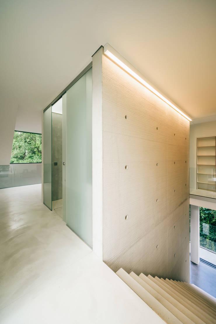 dom_w_parku_10_arc2: styl , w kategorii Ściany zaprojektowany przez ArC2 Fabryka Projektowa sp.z o.o.,