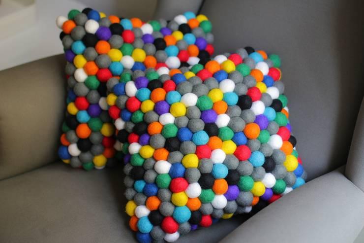 poduszka happy pills: styl , w kategorii Salon zaprojektowany przez felt stories