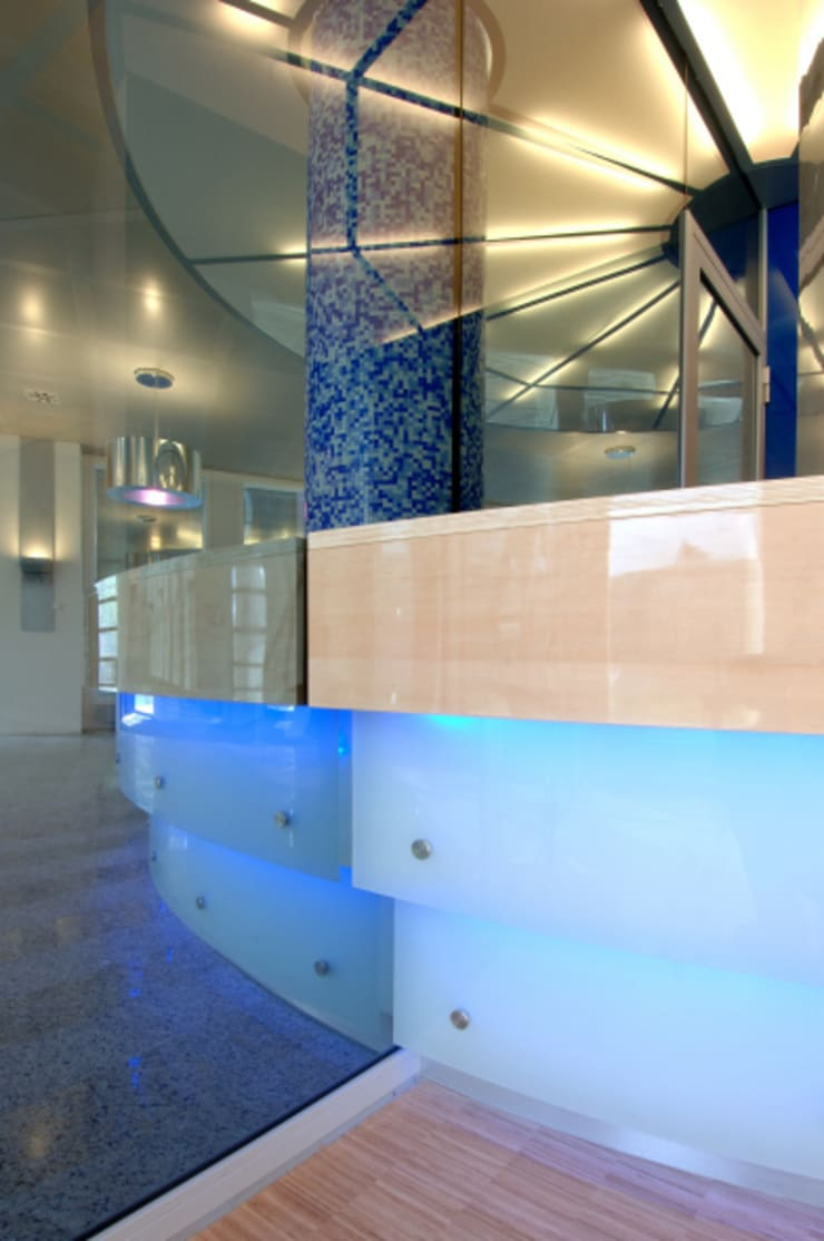 Detail glas met LED verlichting :  Kantoorgebouwen door Axel Grothausen BNI