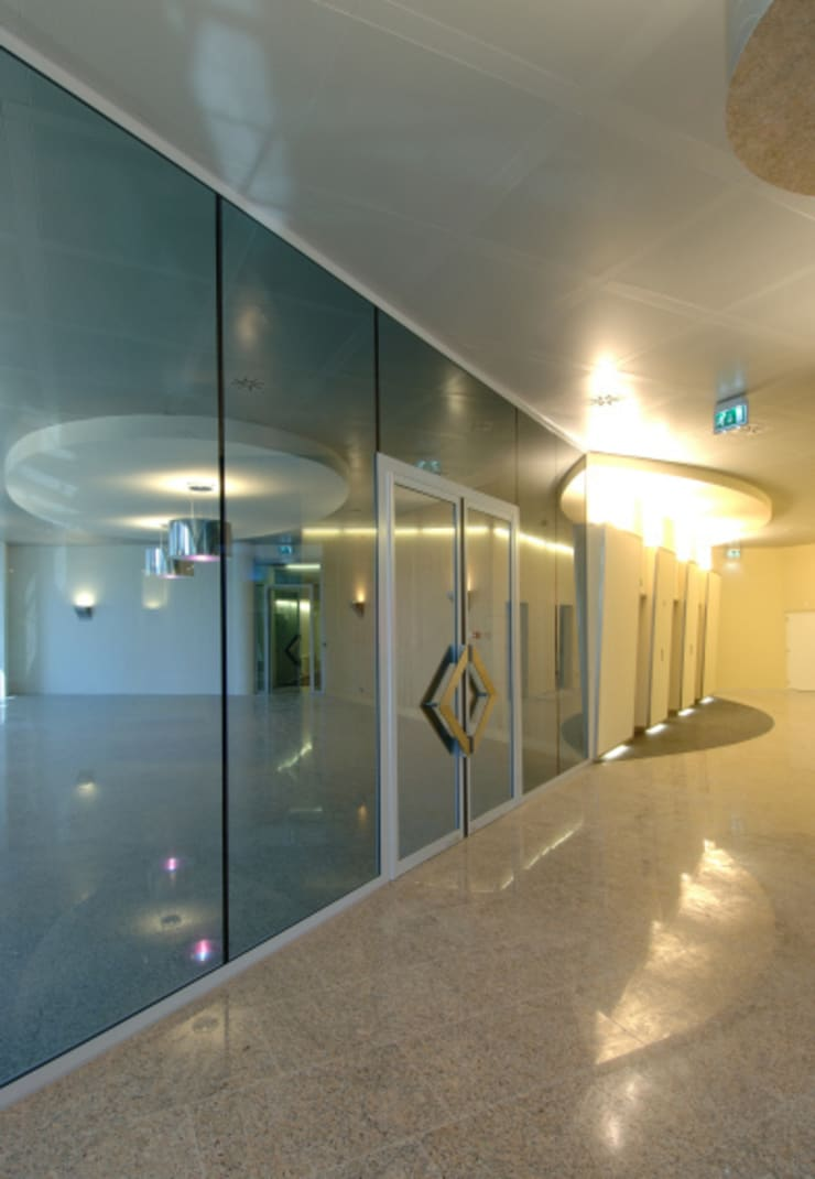 Vergaderruimte en liften :  Kantoorgebouwen door Axel Grothausen BNI