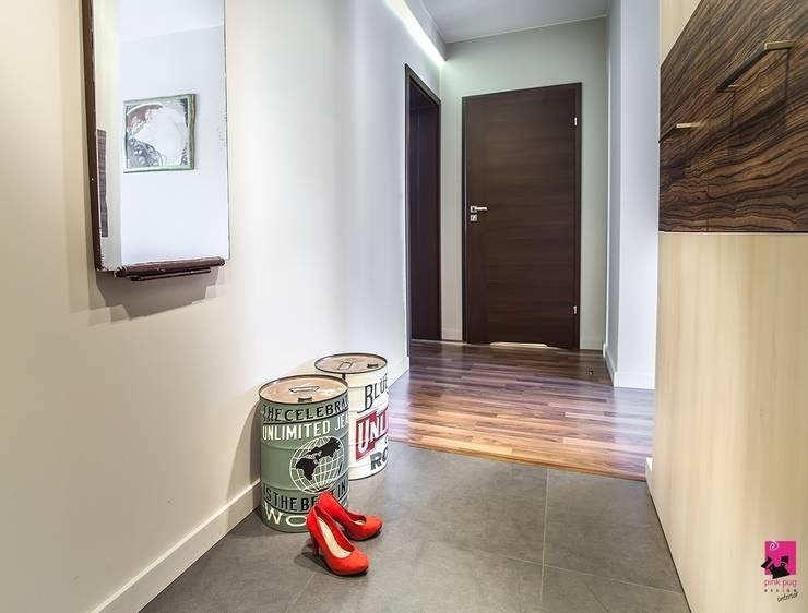 Pasillos y hall de entrada de estilo  por Pink Pug Design Interior,