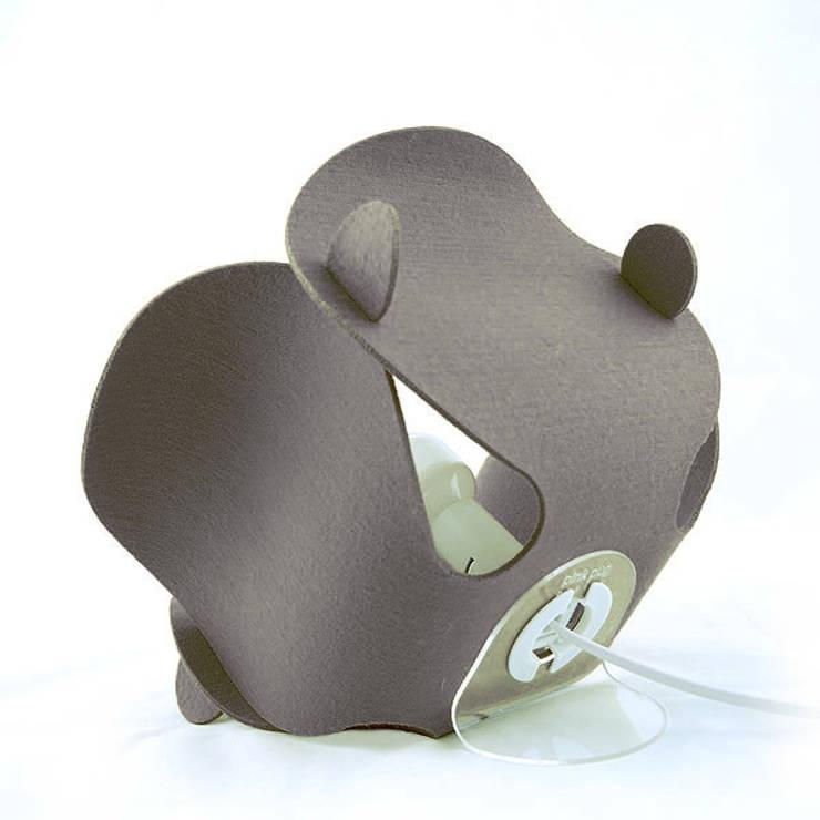 Convallaria Lamp: styl , w kategorii Salon zaprojektowany przez Pink Pug Design