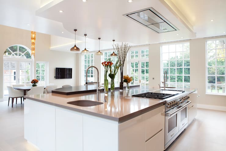 Classic Contemporary:  Kitchen by Moneyhill Interiors