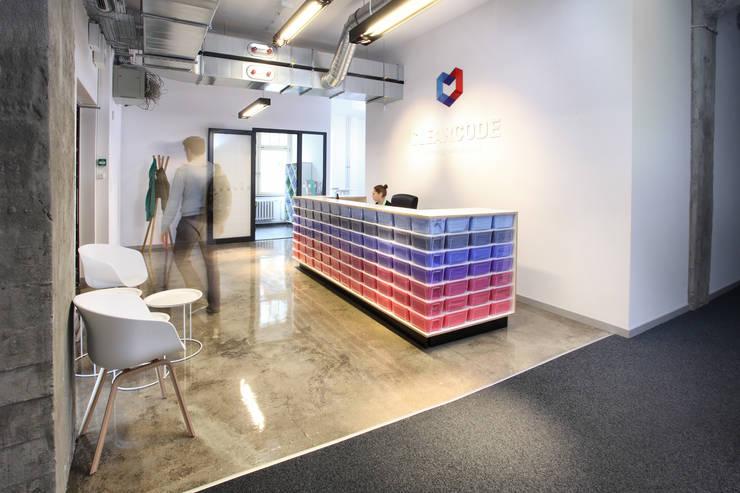 Recepcja z ladą wedle naszego projektu.: styl , w kategorii Biurowce zaprojektowany przez hanczar studio,