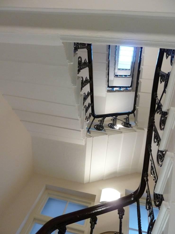Communal Entrance Hall, Chelsea, London:  Corridor & hallway by Kate Harris Interior Design