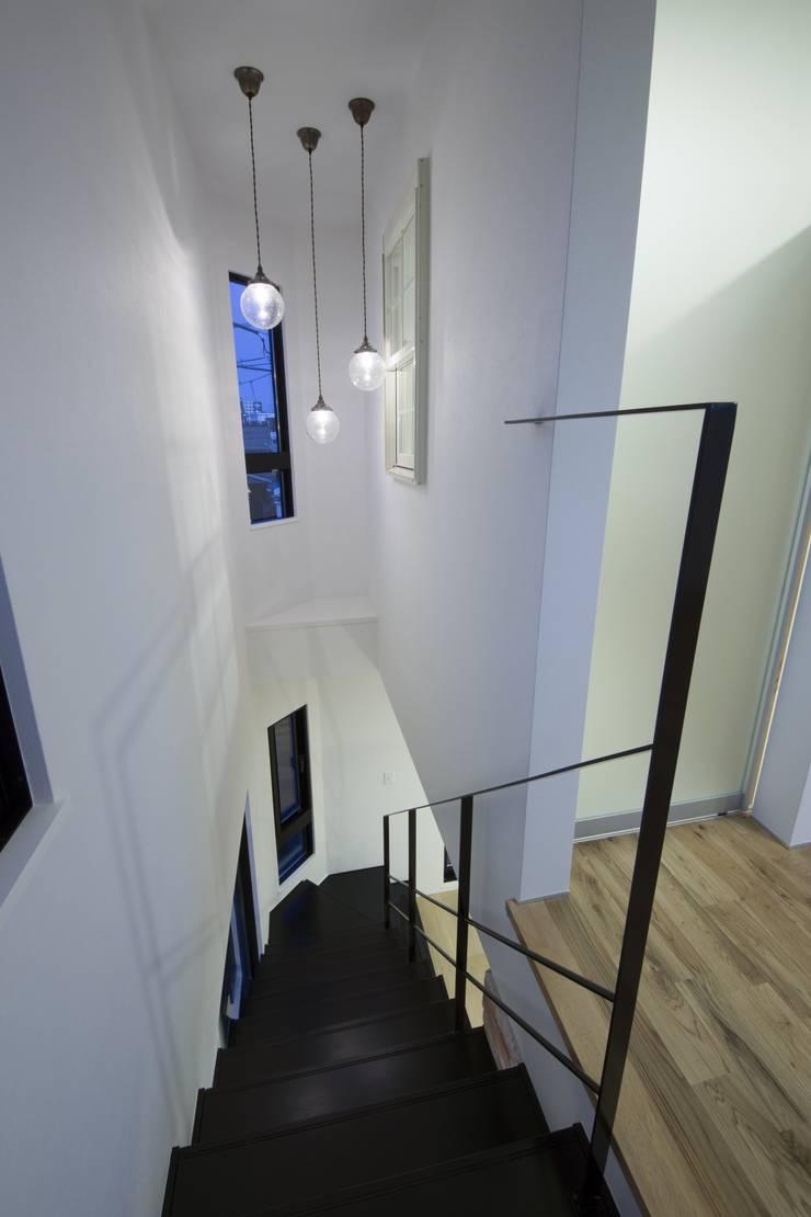 西原の家: 折原剛建築計画事務所/Tsuyoshi Orihara Architectsが手掛けた廊下 & 玄関です。