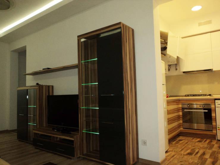 Гостиная из которой просматривается кухня-студия:  в . Автор – KARYADESIGN architecture studio