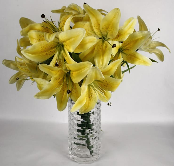Buttery Yellow Lily bunches in a minimalist look:  Dining room by Uberlyfe