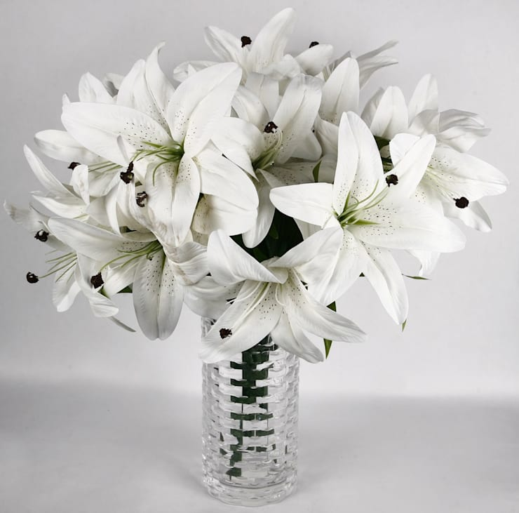 The ultimate white lily wedding collection.:  Living room by Uberlyfe