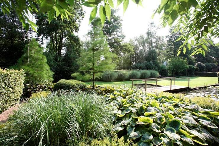 Landschappelijke natuurrijke onderhoudsvriendelijke tuin Holland- Landscape nature rich maintenance friendly garden in the Netherlands. :  Garden by FLORERA , design and realisation gardens and other outdoor spaces.