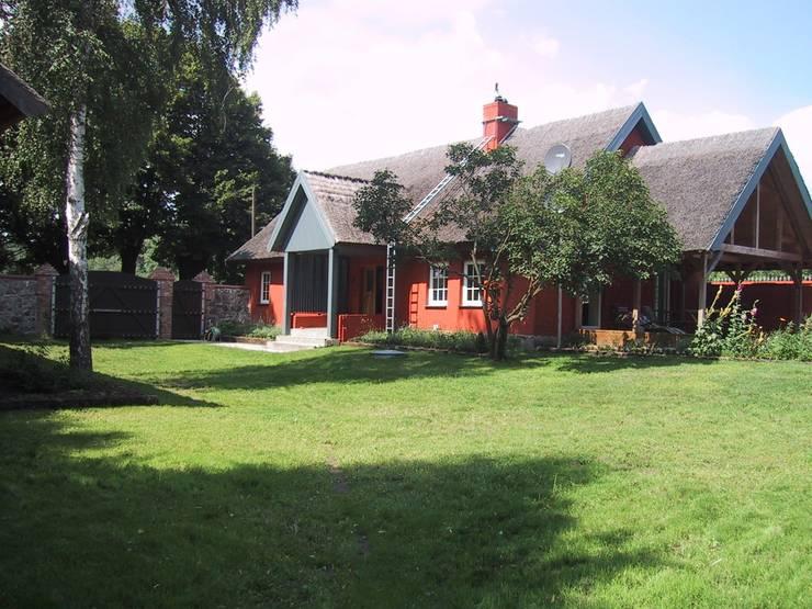 Außenansicht Wohnhaus nach dem Umbau: landhausstil Garten von Stockwerk Orange