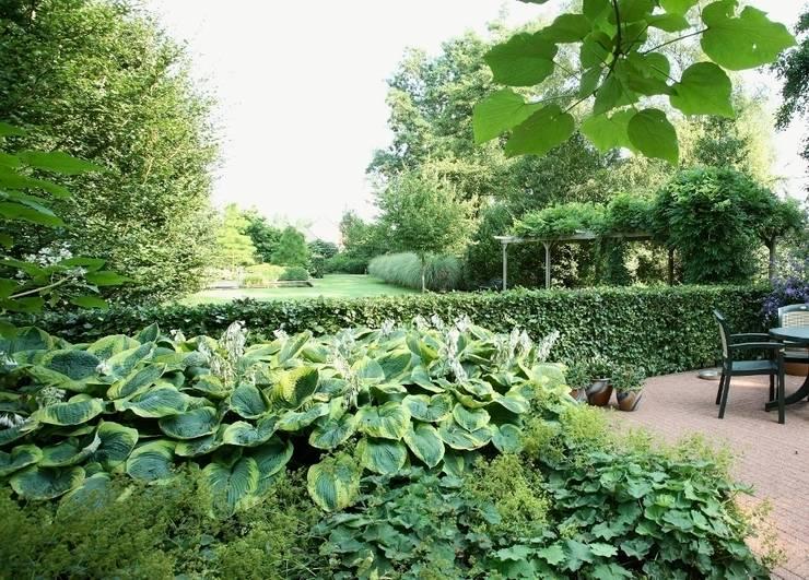 Maintenance friendly nature rich landscape garden- Onderhiudsvriendelijke natuurrijke landschappelijke tuin:  Garden by FLORERA , design and realisation gardens and other outdoor spaces.