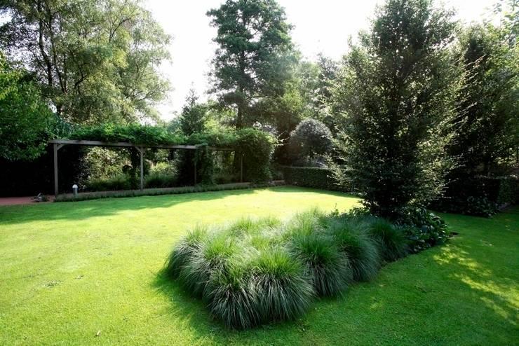 Landscape garden with ornamental grasses lavender and koi in the Netherlands- Landschappelijke onderhoudsvriendelijke tuin met siergrassen lavendel en koi vijvers. :  Garden by FLORERA , design and realisation gardens and other outdoor spaces.