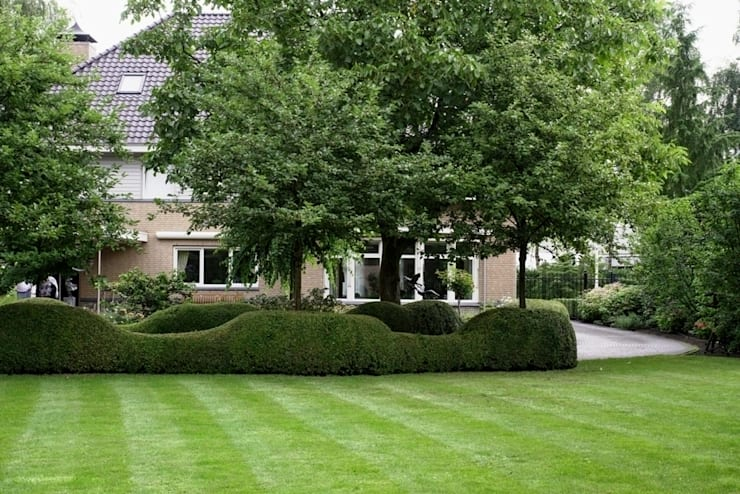 Traditional Dutch landscape garden  with villa/ Traditionele Nederlandse tuin bij villa. :  Garden by FLORERA , design and realisation gardens and other outdoor spaces.