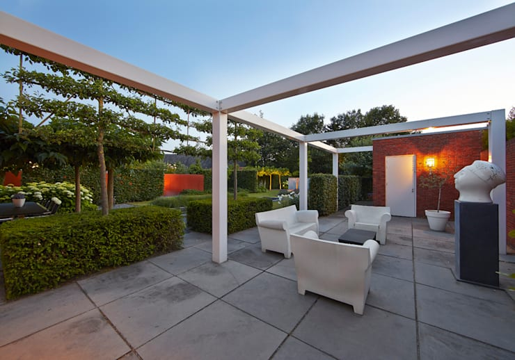 Loungeterrace in total harmony with residence and view in garden-loungeterras in volledige harmonie met woonhuis en zicht in de tuin. : modern Garden by FLORERA , design and realisation gardens and other outdoor spaces.
