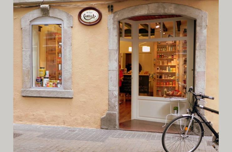 Fachada herboristería Carulla: Oficinas y Tiendas de estilo  de mobla manufactured architecture scp