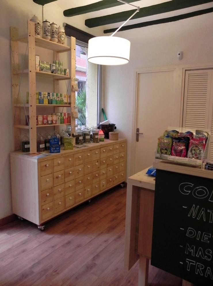 Mueble especiero restaurado: Oficinas y Tiendas de estilo  de mobla manufactured architecture scp