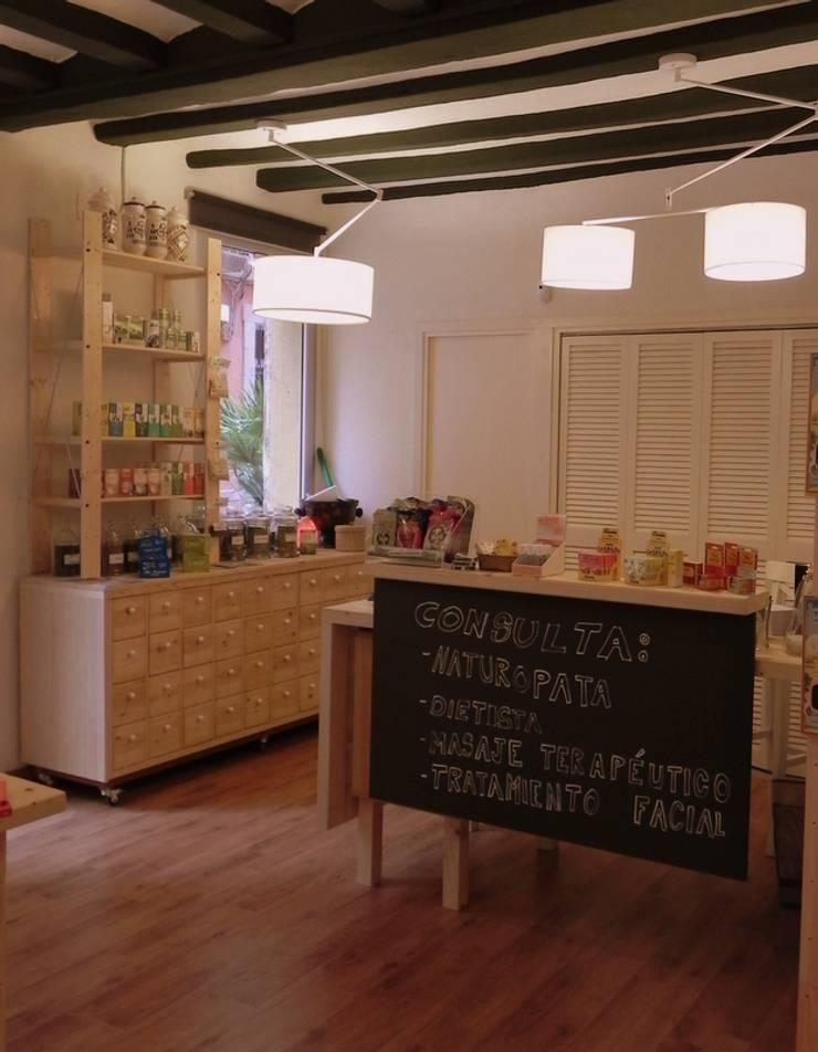 Mueble especiero y mostrador con pizarra: Oficinas y Tiendas de estilo  de mobla manufactured architecture scp