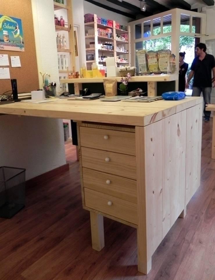 Vista posterior del mostrador: Oficinas y Tiendas de estilo  de mobla manufactured architecture scp