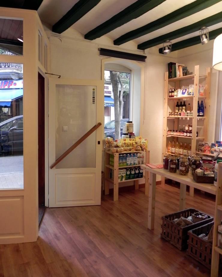 Vista de la entrada a la tienda : Oficinas y Tiendas de estilo  de mobla manufactured architecture scp