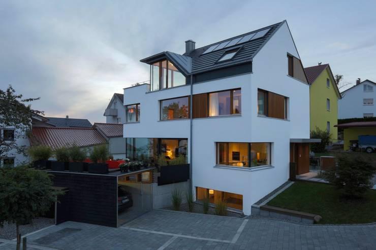 Hofansicht mit Carport und Terrasse:  Häuser von w3-architekten Gerhard Lallinger