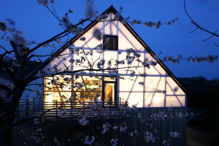Giebelansicht mit Balkon: moderne Häuser von w3-architekten Gerhard Lallinger