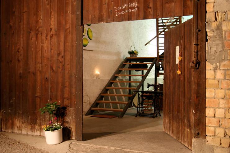 Eingang altes Scheunentor: landhausstil Häuser von w3-architekten Gerhard Lallinger