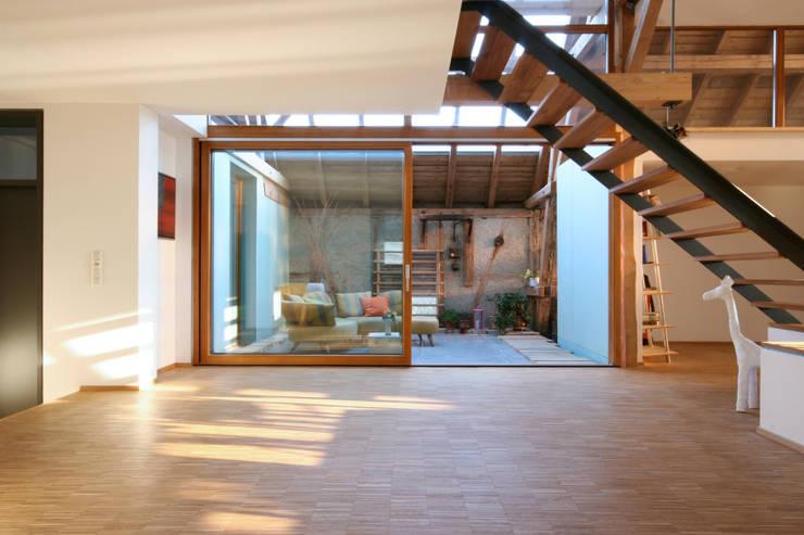Wohnbereich mit Blick zum Wintergarten: moderne Wohnzimmer von w3-architekten Gerhard Lallinger