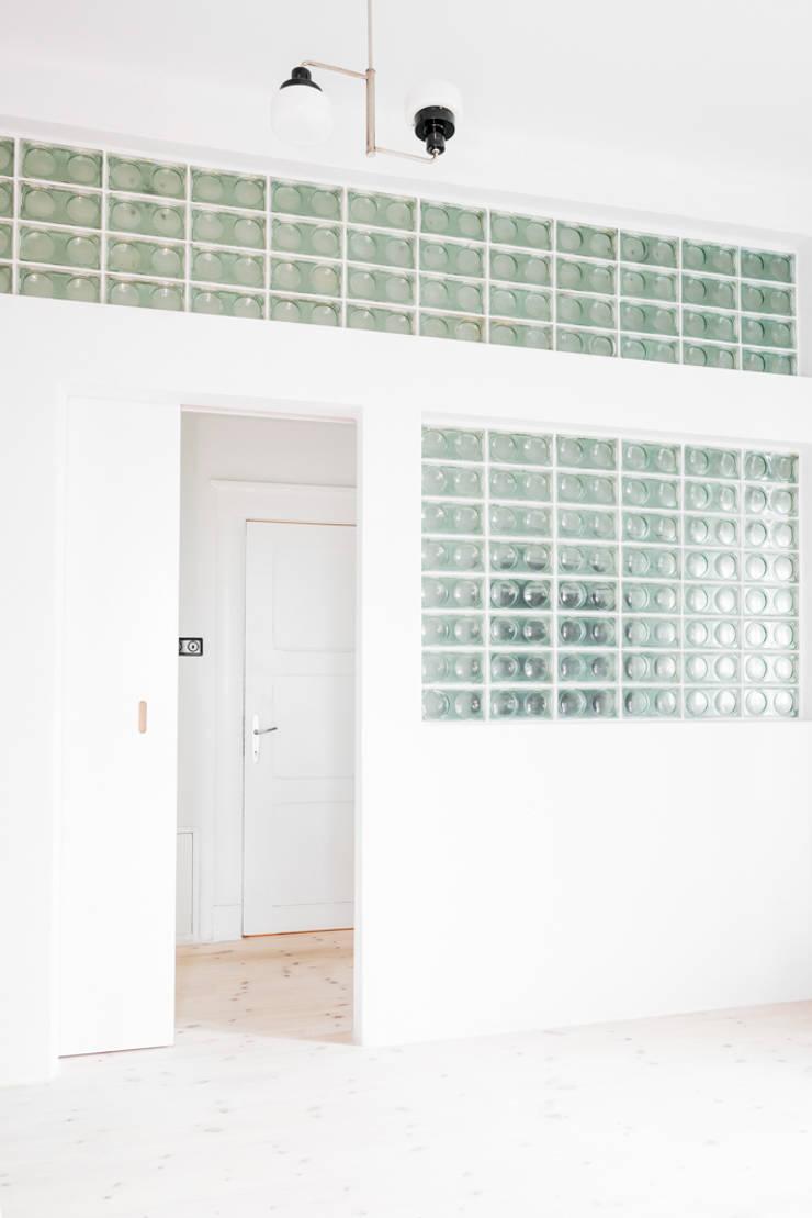 Dom z lat 20-tych: styl , w kategorii  zaprojektowany przez Loft Kolasiński