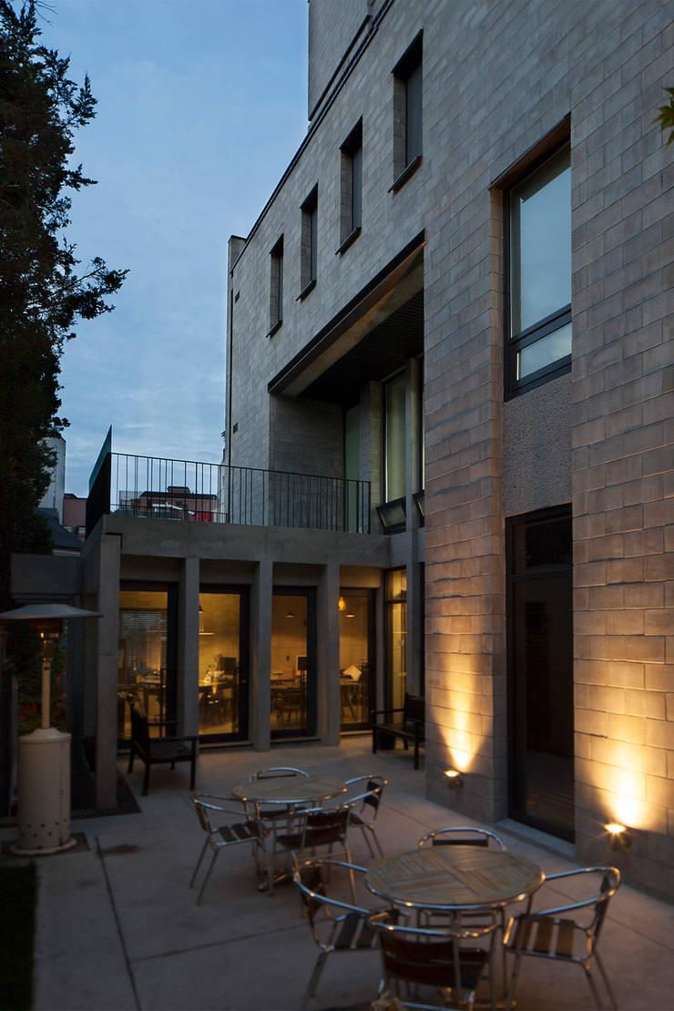 중정 안마당: 라움플랜 건축사사무소의