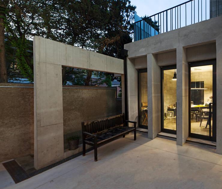 독립 사무실과 외부 조형물: 라움플랜 건축사사무소의