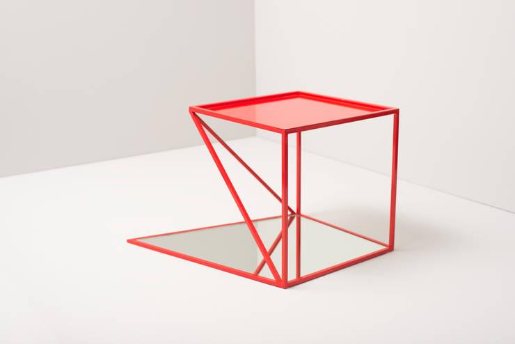 """reorganised sidetable """"signal rot"""": minimalistische Wohnzimmer von studiophilippbeisheim"""