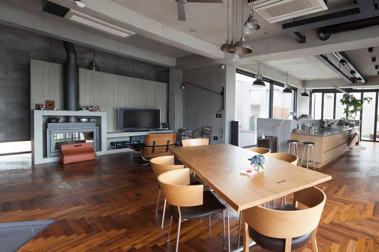 주택 거실 겸 주방: 라움플랜 건축사사무소의