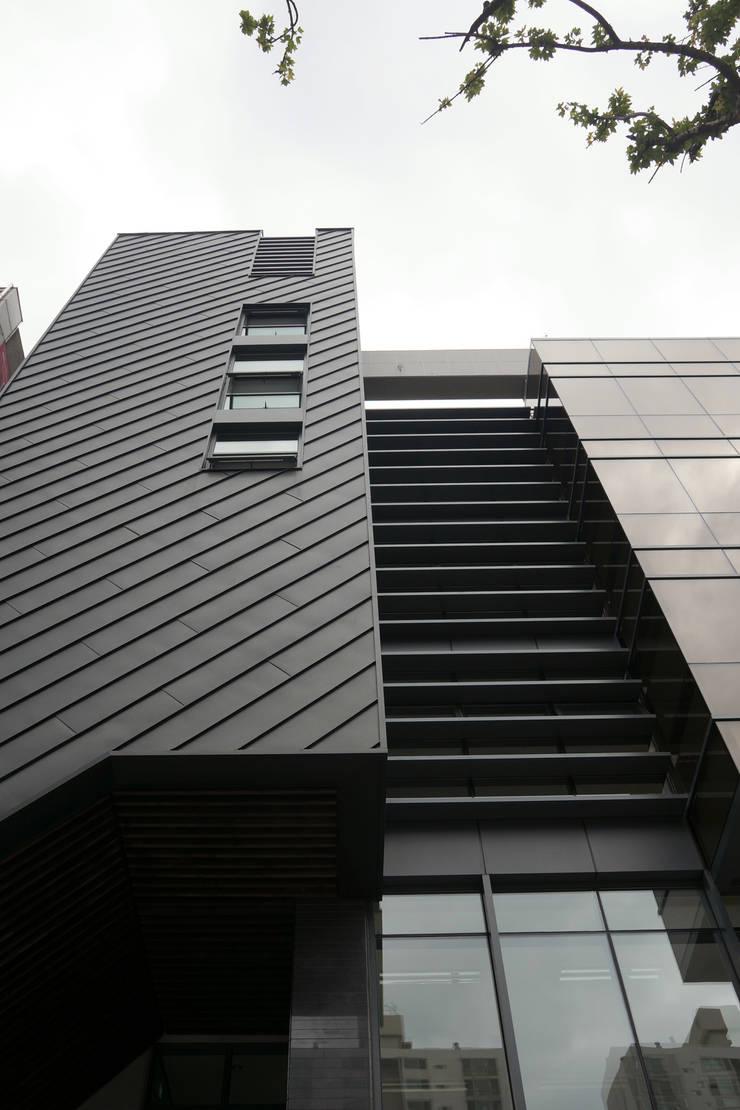 출입구 상부: 라움플랜 건축사사무소의