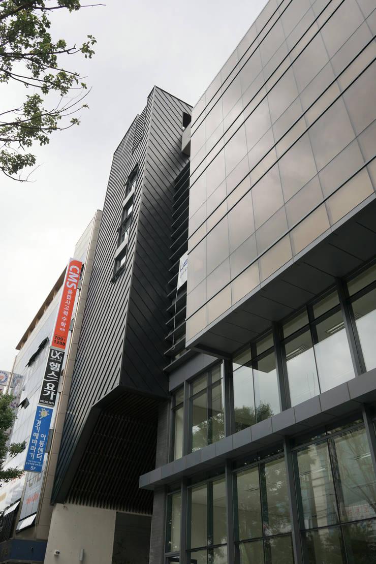 우측면에서 바라 봄: 라움플랜 건축사사무소의