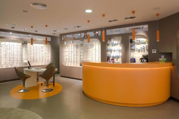 Interiorismo comercial - MultiOpticas: Oficinas y tiendas de estilo  de Molins Interiors