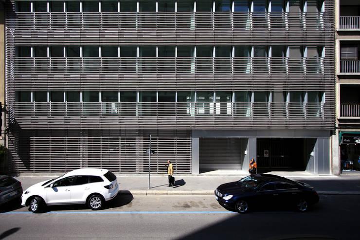 Foto facciata su via Fara: Ingresso & Corridoio in stile  di Studio di Architettura Fabio Nonis